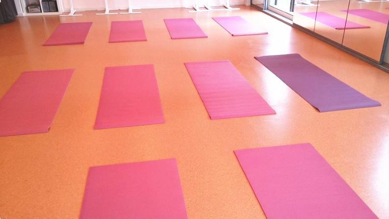 港区 六本木 レンタルスタジオ フォルトゥーナスタジオ の ヨガ の ヨガマット 。 ダンススタジオ なので フラ ダンス バレエ リトミック 教室 などもご利用頂けます
